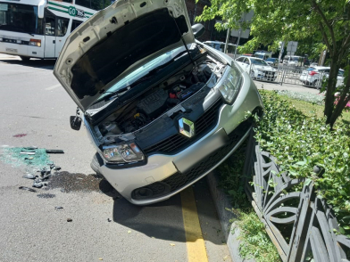 «Рено» налетел на забор после столкновения в Воронеже с «БМВ», пострадали два человека