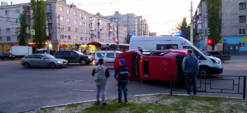 В Воронеже после столкновения красная «Мазда» встала на бок