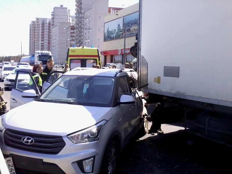 В Воронеже столкнулись мусоровоз, автобус МЧС, фура и иномарка